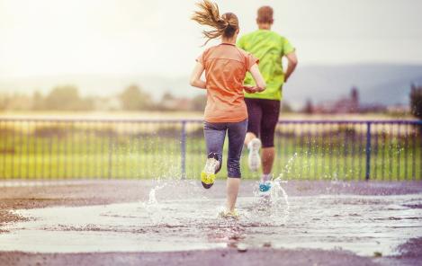 samen hardlopen in de regen